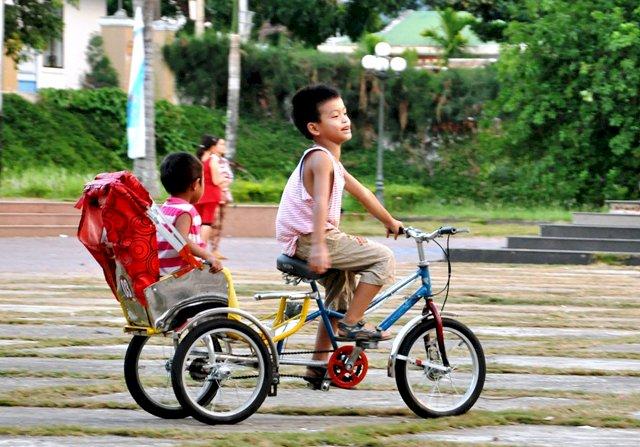 Trẻ em cùng xích lô mini