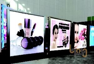Bảng quảng cáo hộp đèn trong nhà
