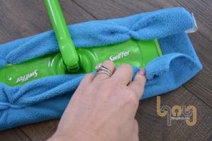 Lắp giẻ lau sợi mịn vào cây lau sàn