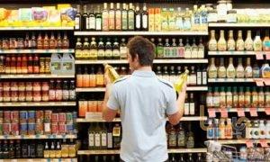 Chọn sản phẩm trên kệ siêu thị