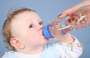 Thường xuyên cho trẻ uống nhiều nước khi ngủ phòng máy lạnh