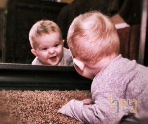 Cho em bé xem ảnh của mình trong gương phản chiếu